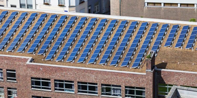 Puis-je installer des panneaux solaires sur mon toit ? Infos et prix indicatifs